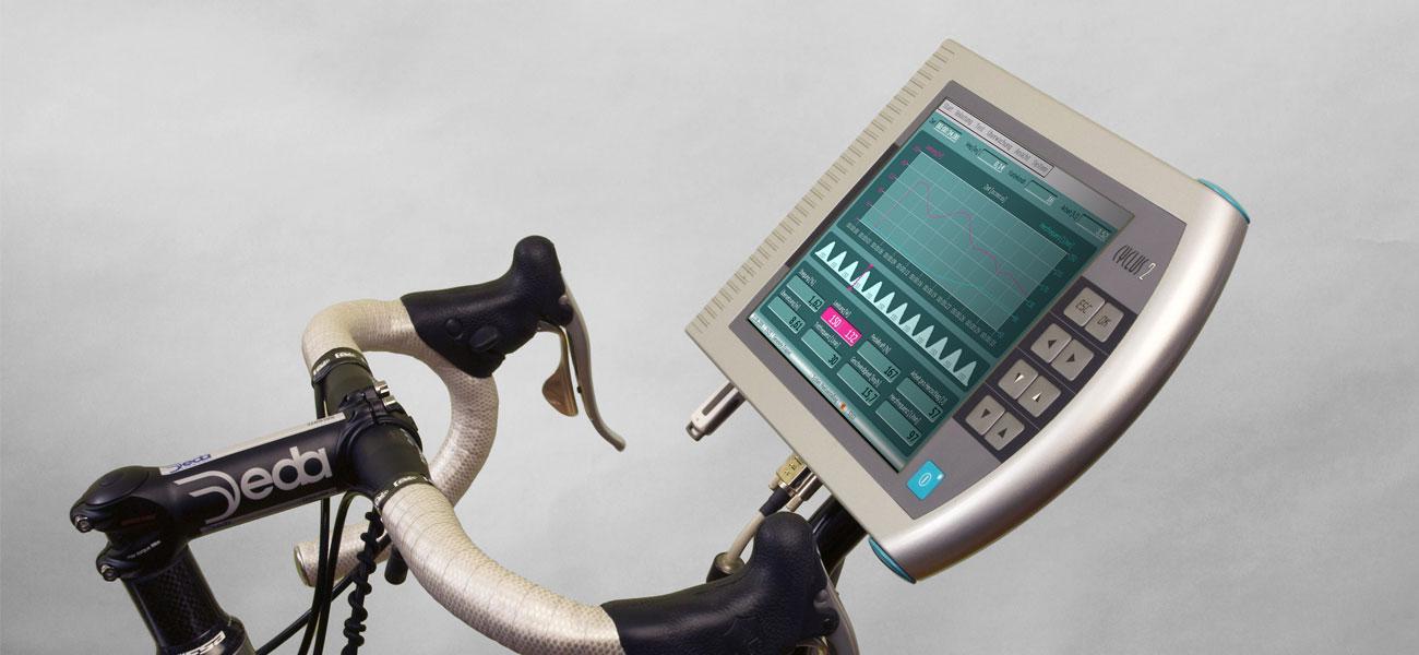 Steuereinheit Cyclus 2 am Rennrad mit Blick auf Monitor und Softwareoberfläche