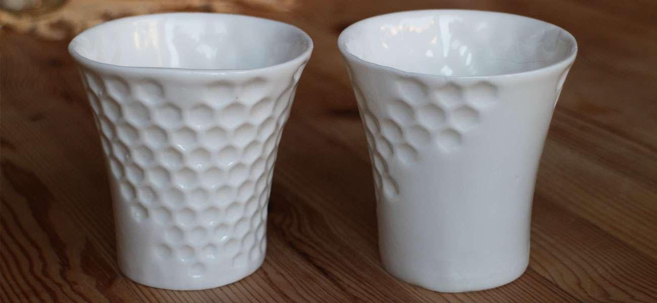 ein Becher für Heißgetränke aus Porzellan